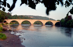 Dunkeld_Bridge,_River_Tay_001.jpg